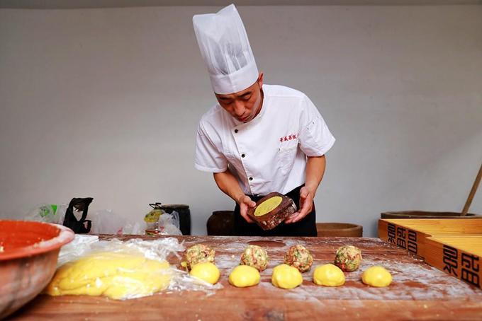 Bánh của tiệm Jingshengchang có đặc điểm là vỏ mỏng, giòn còn nhân nhật thì rất đầy đặn, phong phú, mặn ngọt vừa miệng. Phần nhân bánh khi nặn cũng lớn hơn các loại bánh khác. Thay vì dùng cân tiểu ly để tính toán nguyên liệu như nhiều cửa hàng bánh ngày nay, ở Jingshengchang, người thợ vẫn ước lượng thủ công.