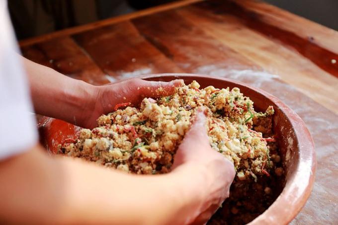 Các công đoạn làm bánh vẫn theo cách truyền thống, không hề có sự can thiệp của máy móc hiện đại. Người thợ vẫn phải nhào bột, nặn bánh, nướng bánh với các dụng cụ thủ công cha truyền con nối.