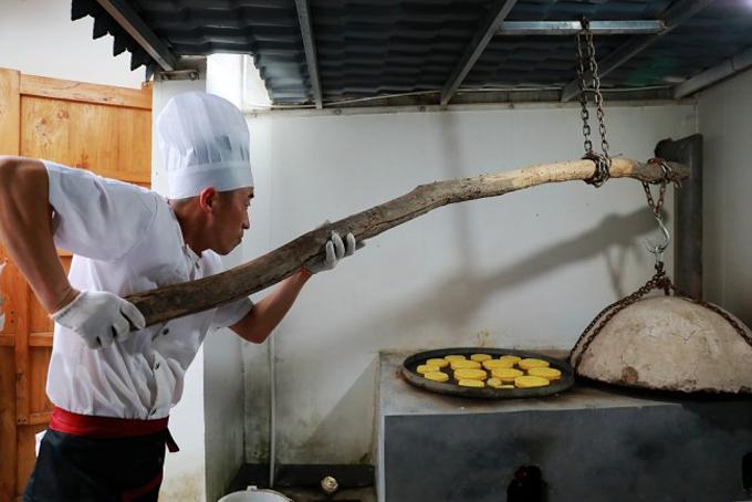 Điểm đặc biệt nhất, cũng được xem là bí quyết của tiệm Jingshengchang là họ vẫn sử dụng lò nướng cổ, nắp đậy làm bằng đất nung. Để đóng nắp, người thợ phải sử dụng một chiếc đòn treo bằng một thân cây gỗ. Dường như cách làm cổ xưa này khiến cho mùi vị bánh trở nên độc đáo, khó lẫn với những cửa hàng khác.