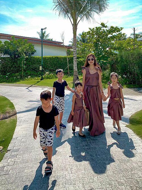 Minh Hà và 4 con mặc đồng điệu khi nghỉ dưỡng rại một resort sang trọng ở Cam Ranh (Khánh Hòa).