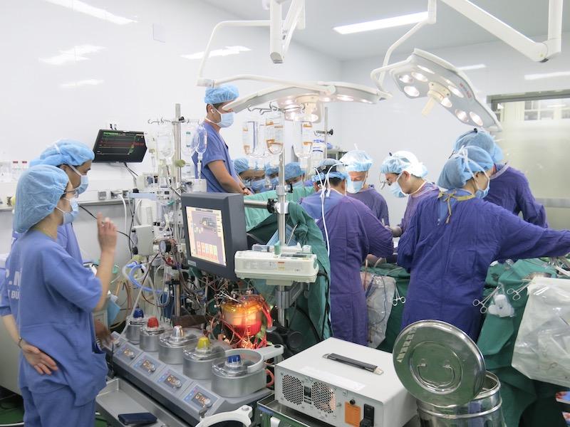 Ê kíp phẫu thuật đang phẫu thuật ghép tim cho bệnh nhân.