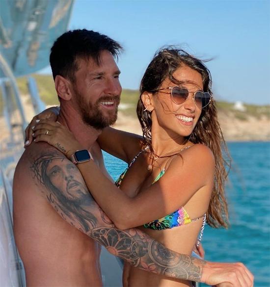 Tạp chí Forbes vừa công bố danh sách những danh thủ có thu nhập tốt nhất năm 2020. Lionel Messi đứng đầu danh sách với tổng 126 triệu USD trong đó có 92 triệu USD tiền lương và 34 triệu USD tiền quảng cáo. Siêu sao Barca cũng gia nhập CLB tỉ phú giống kình địch C. Ronaldo khi tổng tài sản trước thuế đã vượt một tỷ USD. Messi cũng có cuộc hôn nhân hạnh phúc bên người vợ Antonella và ba cậu con trai. Bà xã chân sút 33 tuổi là bạn thanh mai trúc mã, gắn bó với Messi từ ngày còn nhỏ, cùng anh trải qua nhiều thăng trầm trong sự nghiệp. Antonella và các con cũng là lý do khiến siêu sao Argentina quyết định ở lại Barca.