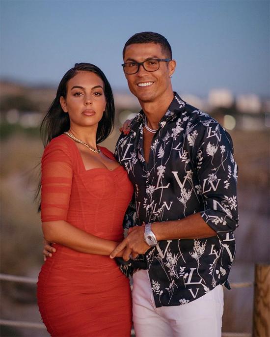 C. Ronaldo xếp thứ hai với 117 triệu USD bao gồm 70 triệu USD tiền lương và 47 triệu USD tiền quảng cáo. Thu nhập của siêu sao Juventus dường như không hề bị ảnh hưởng bởi đại dịch dù anh bị cắt giảm lương ở Turin. CR7 còn mua du thuyền và quyên góp tiền cho công cuộc chống Covid-19 ở quê nhà. Chân sút Bồ Đào Nha cũng đang thăng hoa trong tình yêu với bạn gái Georgina Rodriguez. Cặp sao bên nhau 4 năm, có một cô con gái, bên cạnh ba con riêng của C. Ronaldo. Tiền đạo 35 tuổi và chân dài gốc Argentina được cho là đã bí mật đính hôn mùa hè vừa qua.