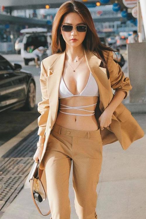 Là một cô gái yêu phong cách sexy và thích trang phục khoe khoảng hở, vì thế Ngọc Trinh cũng không bỏ lỡ trend mặc áo tắm ra đường.