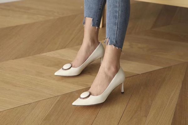 Giày dép của Bách Hợp đi êm, độ bền cao, thiết kế thanh lịch và hợp với túi tiền của chị em.