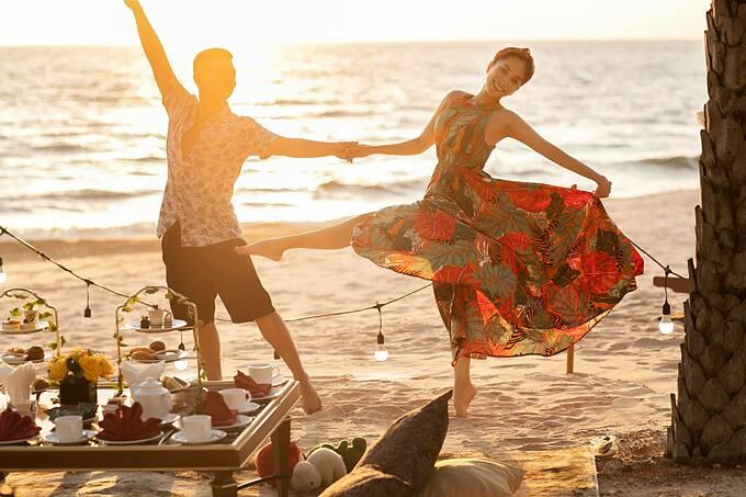 Vợ chồng Khánh Thi - Phan Hiển nhảy múa trên biển.