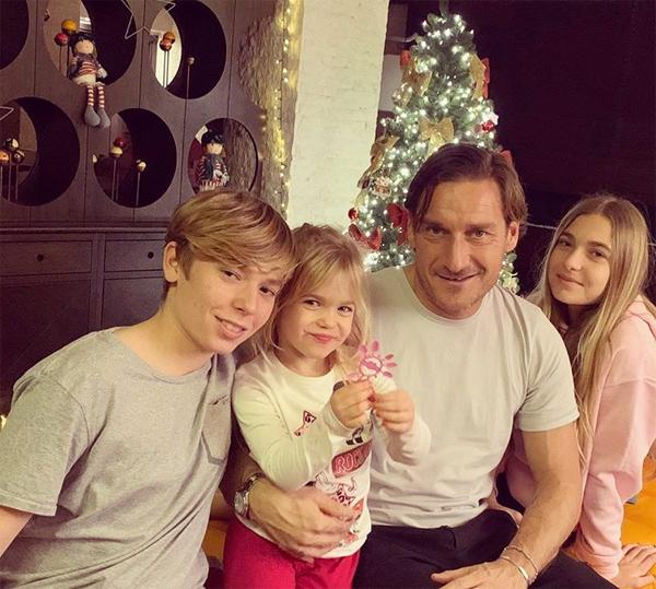 Cựu thủ quân Roma bên ba con. Ảnh: Instagram.