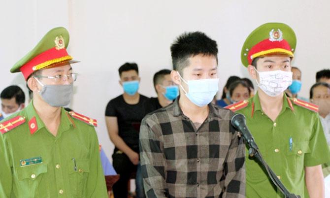 Bị cáo Danh (giữa) tại tòa. Ảnh: Văn Chung
