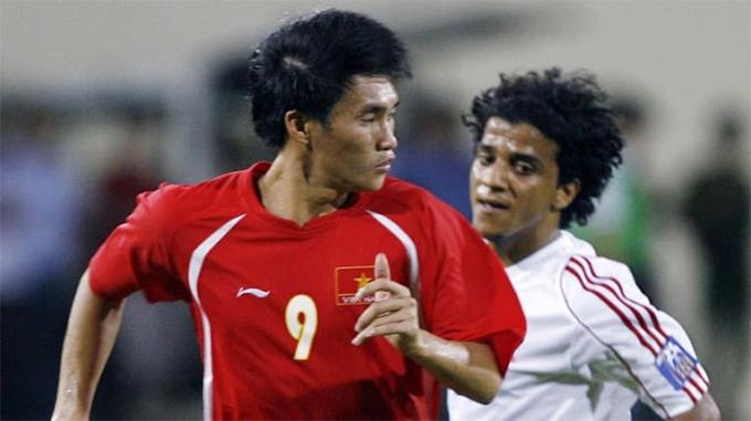 Công Vinh trong trận đấu giữa tuyển Việt Nam và UAE tại vòng bảng Asian Cup 2007. Ảnh: AFC.