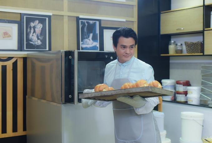 Cao Minh Đạt hóa thân thành thợ làm bánh.