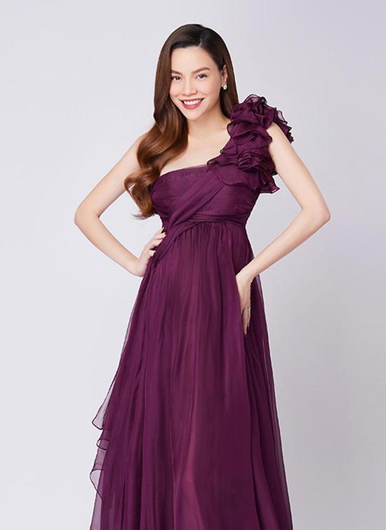 Hồ Ngọc Hà lộ vòng hai lùm lùm trong bộ váy bầu lệch vai.