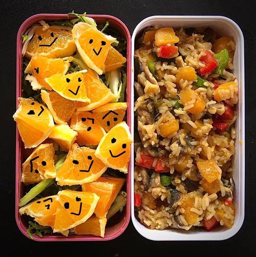 Salad cam, cơm chiên bí đỏ, nấm, ớt chuông là thực đơn bữa trưa tiếp theo của 9X. Được lọ mọ trong bếp, nấu các bữa cơm thơm ngon là động lực để Hải Anh dậy sớm mỗi ngày.