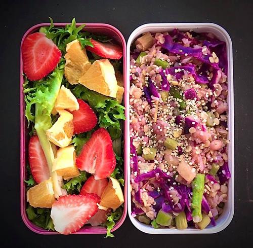 Từ khi bắt đầu du học, Nguyễn Thị Hải Anh (24 tuổi, học MBA tại Sydney, Australia) chuyển sang ăn chay và tìm hiểu kỹ lưỡng hơn về thế giới thực vật. Sáng hàng ngày, Hải Anh tự tay chuẩn bị 3 bữa cơm trong một lần nấu với tình yêu bếp được truyền từ ba. Trong ảnh là hộp cơm trưa gồm salad dâu cam, cơm chiên cùng bắp cải tím, đậu lăng, măng tây.