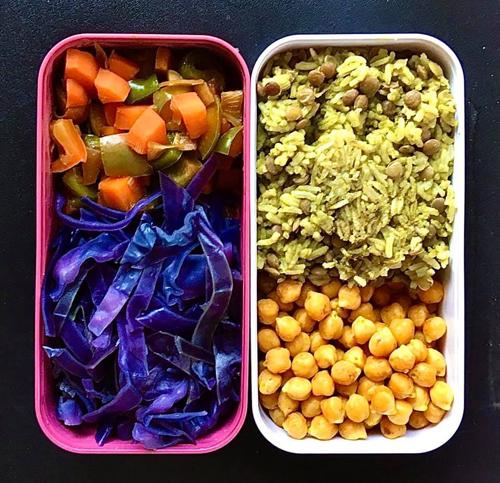 Cơm matcha ăn cùng đậu lăng xanh, đậu gà chưng nước tương, ớt chuông xào, bắp cải tím luộc. Những bữa cơm của Hải Anh thường tốn từ 45-60 phút chế biến. Tiêu chí của các bữa cơm là đơn giản, đa dạng. Đơn giản trong cách chế biến và đa dạng trong sử dụng nguyên liệu. Các phần ăn của 9X thường có cơm, món mặn, canh hoặc mì/nui ăn kèm salad.
