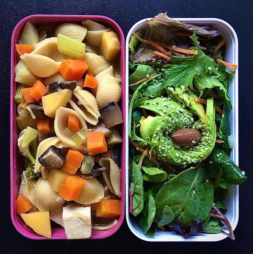 Nui nấu rau củ, salad bơ. Khi chọn lựa ăn chay, Hải Anh thường sử dụng các loại đậu, nấm, hạt, đậu hũ để cung cấp đạm thay thế thịt. Cô ưu tiên sử dụng đậu lăng, đậu hũ cho nhiều bữa ăn, thi thoảng mới chọn nấm Australia cho 1-2 bữa ăn vì giá thành cao.