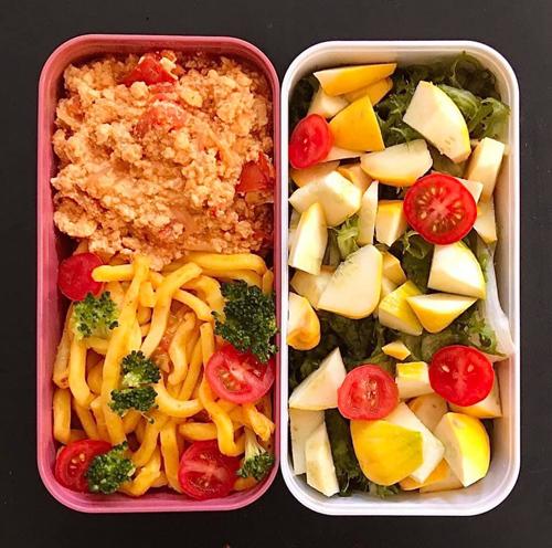 Mì udon xào, đậu hũ vụn xào cà chua, salad bí ngòi.