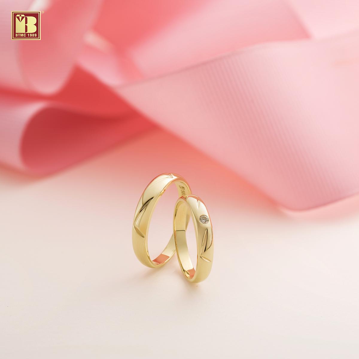 Nhẫn trơn: Kiểu nhẫn trơn vẫn quyến rũ các cặp đôi bởi thiết kế tối giản nhưng tinh tế và có ưu điểm lớn là không lỗi mốt theo thời gian. Với kiểu dáng giống nhau, nhẫn trơn phù hợp hầu hết các cô dâu - chú rể mà vẫn tôn được vẻ đẹp cho từng người. Các bộ sưu tập nhẫn cưới mới của Bảo Tín Minh Châu gồm: Hạnh phúc bất tận; Tình khúc vàng, Mảnh ghép hoàn hảo, Hai tâm hồn đồng điệu, Mãi mãi một tình yêu. Cùng với đó là một số bộ sưu tập nhẫn đính hôn: Về nhà cùng anh em nhé. Đặc biệt, tại Bảo Tín Minh Châu, các cặp đôi có thể đặt chế tác nhẫn cưới theo ý tưởng riêng cùng sự tư vấn từ hàng nghìn mẫu nhẫn phong cách, trẻ trung, bền chắc, tinh xảo, chất lượng được yêu thích nhiều năm qua.