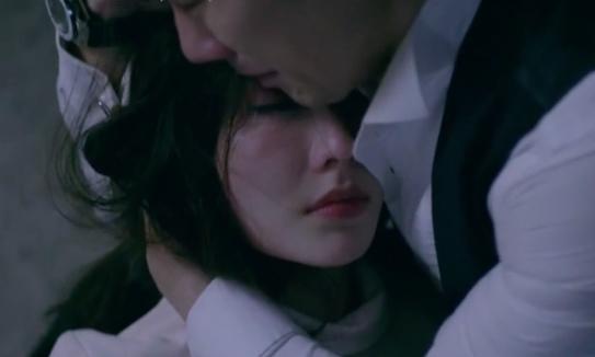 Minh (Nhan Phúc Vinh) khóc khi Linh (Diễm My 9X) đỡ cho mình một phát đạn.