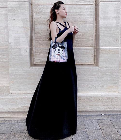 Khoảnh khắc Hồ Ngọc Hà khoe dáng trên phố thu hút sự quan tâm của đông đảo khán giả hâm mộ. Bởi suốt thời gian qua cô chủ yếu tập trung cho các hoạt động quảng bá và giới thiệu album Càng trường thành, càng cô đơn.