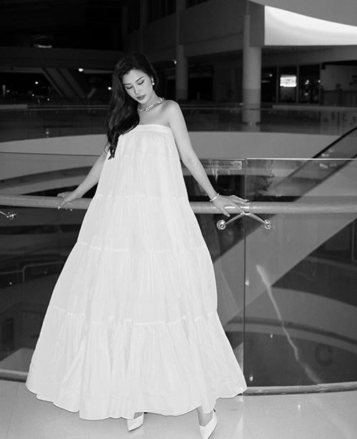 Váy trắng khoe vai trần, thân váy được cắt ráp tỉ mỉ tạo phom rộng giúp Đông Nhi vẫn có được nét nhẹ nhàng, thư thái.
