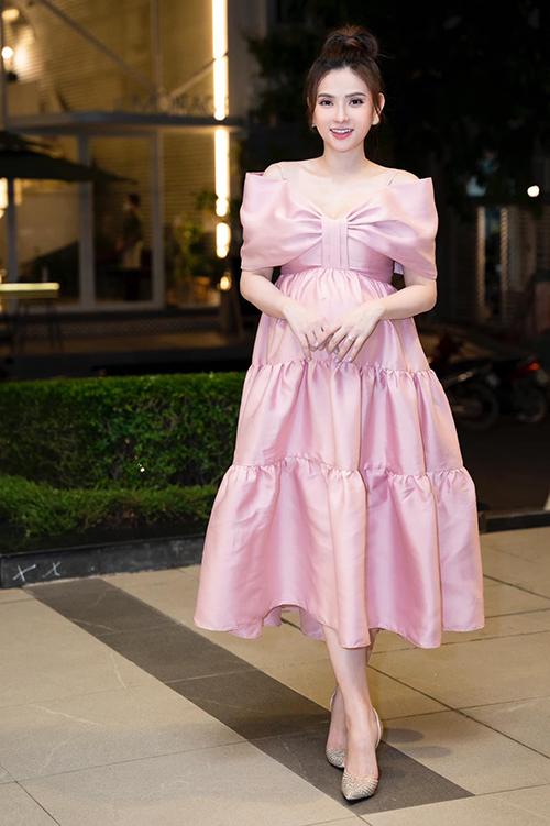 Bên cạnh các mẫu váy suông, dáng đơn giản, Thuy Thuỷ còn chọn thêm nhiều mẫu váy voan nhẹ nhàng, đầm hạ eo, váy xếp tầng.