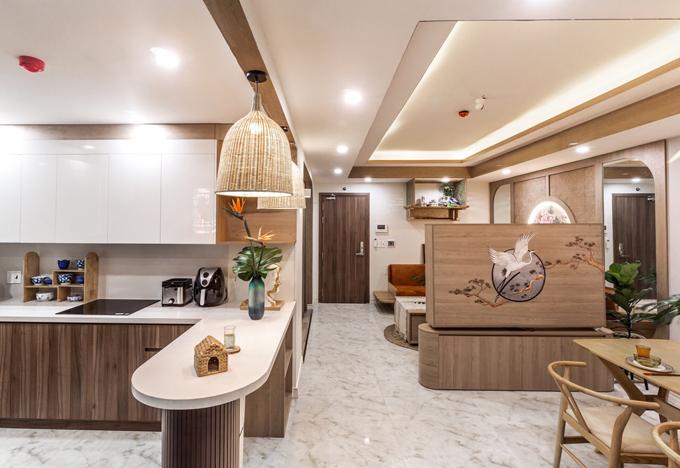 Các KTS đã sử dụng tông trắng, màu nâu gỗ làm màu sắc chủ đạo cho căn hộ, giúp toàn bộ không gian trở nên ấm áp, đầy sức sống, thể hiện cá tính của gia chủ.