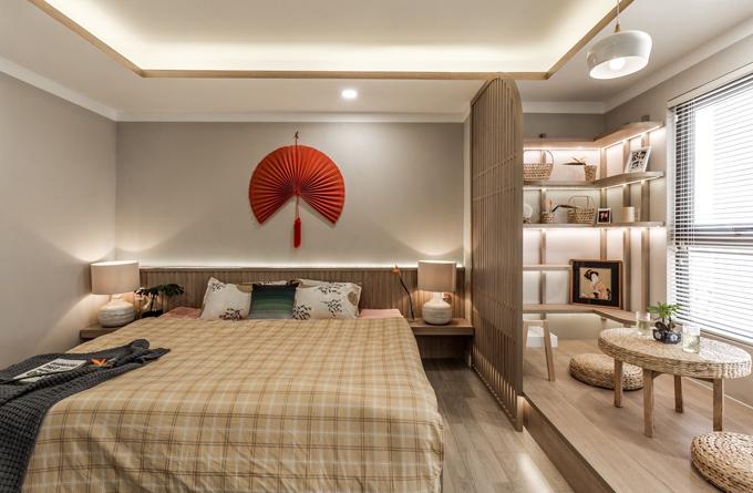 Phòng ngủ là sự kết hợp của tông trắng và màu nâu gỗ. Hệ thống đèn được bố trí hợp lý, giúp tạo không gian gọn gàng, thoáng mát.