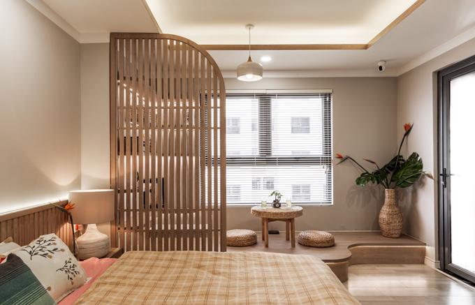 Giữa giường ngủ và khu bàn trà thư giãn là vách ngăn nhỏ, giúp cản sáng để gia chủ có sự thư giãn cần thiết, thuận tiện cho việc chìm vào giấc ngủ.