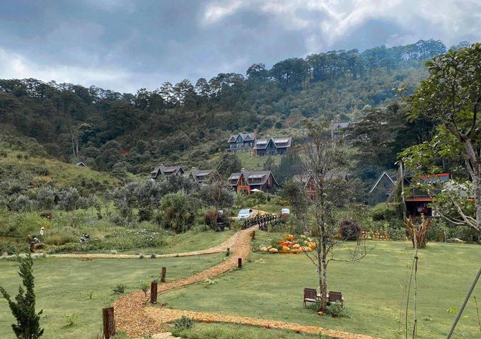 Buổi sáng, Tăng Thanh Hà cùng bố mẹ đi dạo, ngắm cảnh, chụp hình. Cuối con dốc là vườn rau hữu cơ, nơi cung cấp nguyên liệu nấu ăn hằng ngày cho khách nghỉ dưỡng.