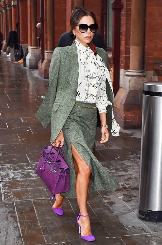 Victoria Beckham kiêu kỳ xách túi Hermes Birkin da đà điểu khoảng 700 triệu đồng.