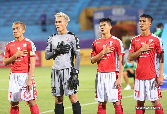 Trong trận làm khách của CLB Hà Nội ở bán kết Cup Quốc gia 2020 tối 16/9, thủ môn Bùi Tiến Dũng tiếp tục được HLV Chung Hae-seong tin tưởng xếp bắt chính cho CLB TP HCM. Thủ thành sinh năm 1997 nổi bật với mái tóc màu trắng.