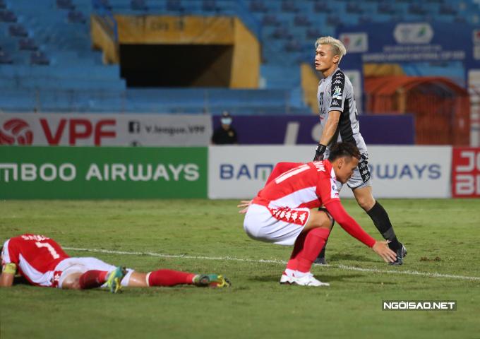Bùi Tiến Dũng thể hiện không tệ ở trận đấu này nhưng hàng thủ lỏng lẻo của TP HCM khiến anh liên tục phải vào lưới nhặt bóng.