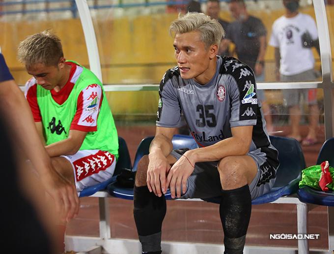 Bùi Tiến Dũng ngồi buồn ở khu cabin kỹ thuật của đội khách sau trận đấu.