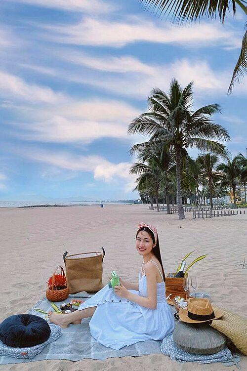 Hòa Minzy dịu dàng trên biển.
