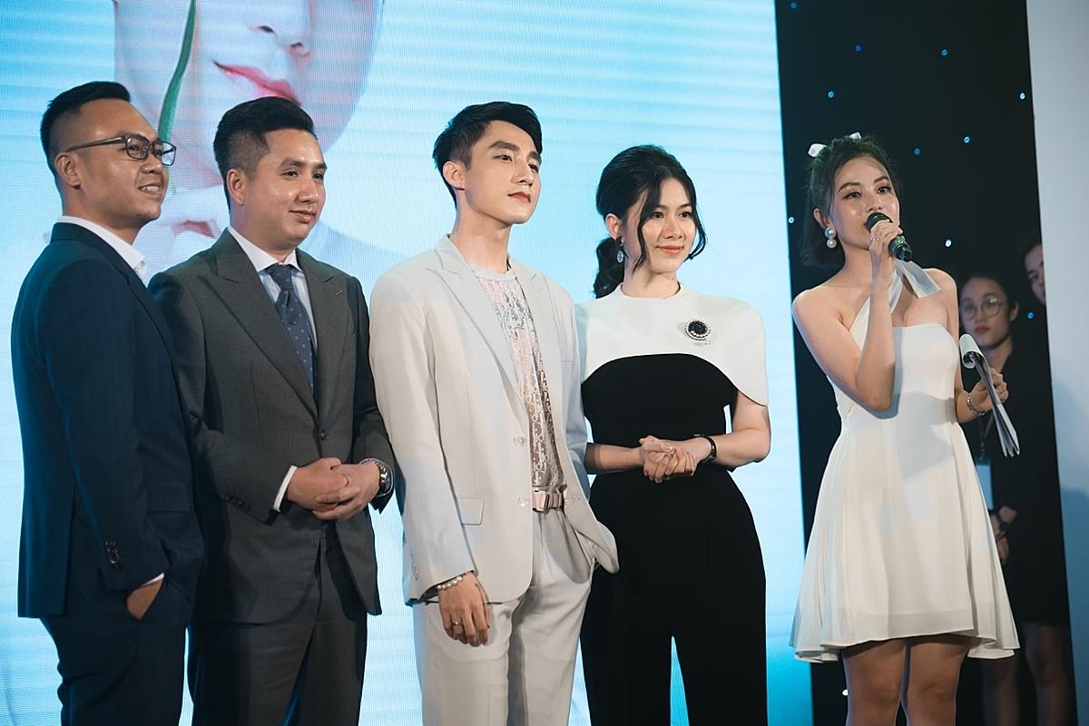 Sơn Tùng M-TP (thứ 3 từ trái sang) trong buổi hợp báo ra mắt thương hiệu mặt nạ M-LAB.