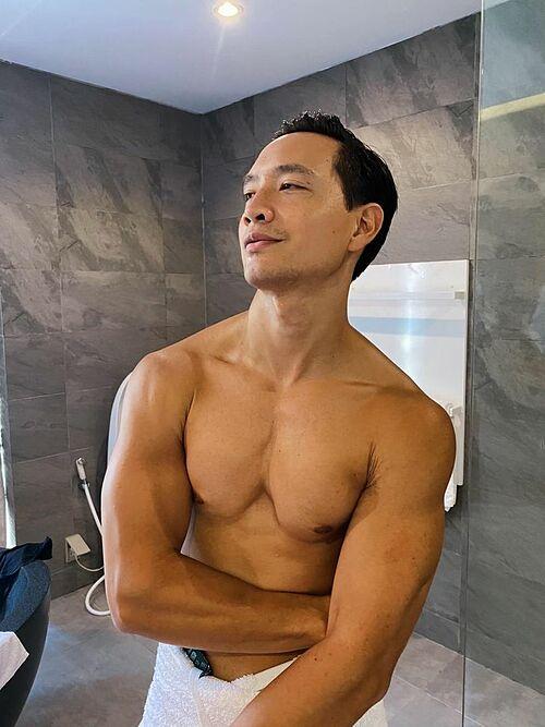 Đăng ảnh mới, Kim Lý viết: Vợ chụp hình cho Kim khiến bạn bè và fan thích thú. Hồ Ngọc Hà sau đó phải vào trần tình vì sợ mọi người hiểu lầm: Tôi xin thề là ông tự viết status.