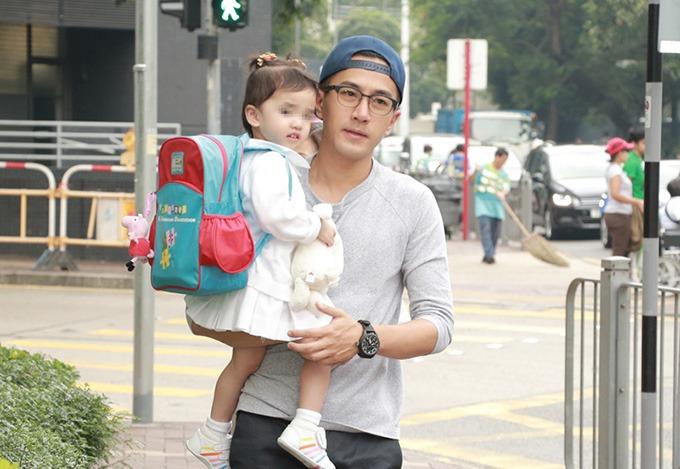 Lưu Khải Uy đưa con gái xuống phố lúc mới ly dị.