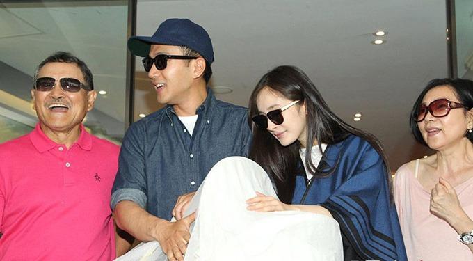 Vợ chồng Lưu Đan cùng Lưu Khải Uy đón Dương Mịch sau ngày sinh nở.