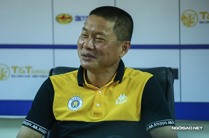 HLV Chu Đình Nghiêm cười trừ khi được phòng viên xác nhận Văn Quyết lập hattrick. Ảnh: Đương Phạm.