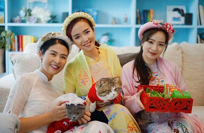 Hoa hậu Ngọc Hân (trái) nhận mình là bà mối mát tay khi mai mối thành công cho hai chú mèo cưng.