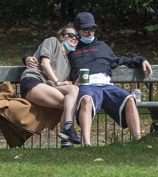 Pattinson và Suki Waterhouse ngồi thư giãn trong công viên vắng vẻ.