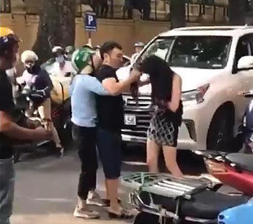 Vụ đánh ghen diễn ra trên phố Lý Nam Đế. (Ảnh cắt từ video).