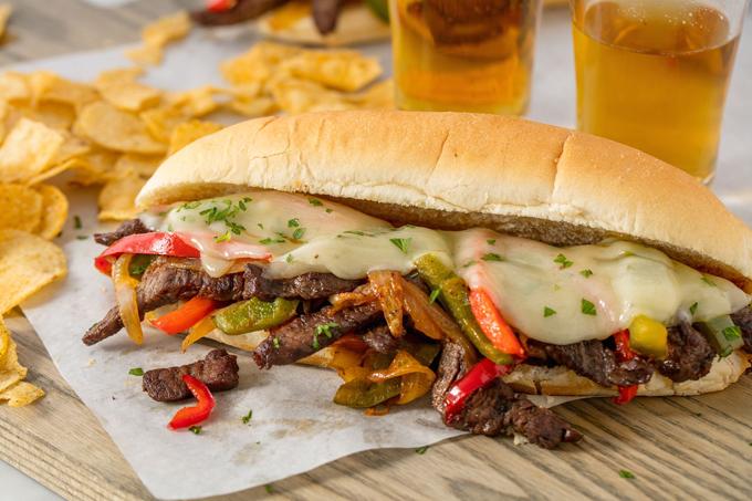 Philly cheesesteak, nghĩa là bánh mì kẹp bít tết phô mai của Philadelphia.
