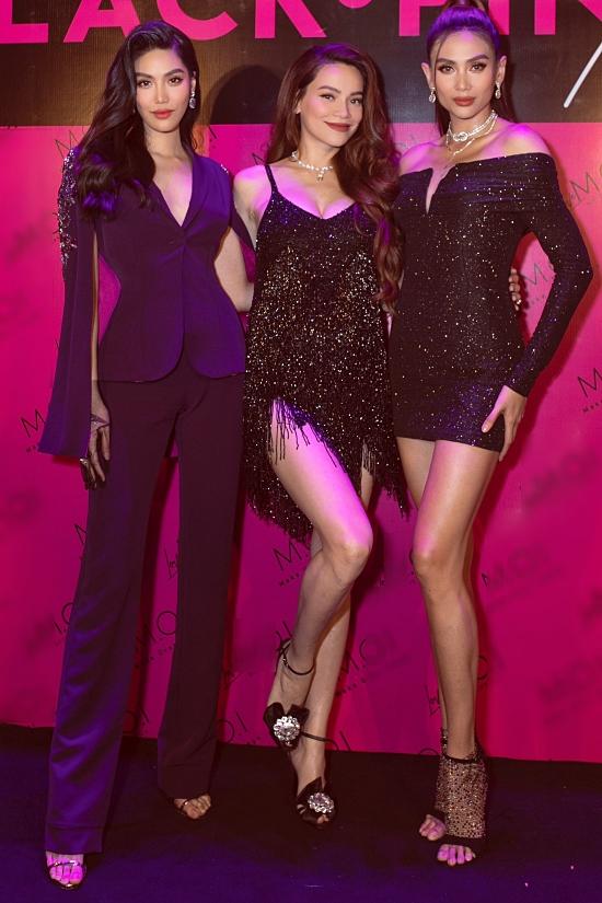 Bụng bầu lớn nhưng đích thân Hồ Ngọc quảng cáo, tổ chức sự kiện. Cô tự tin khoe sắc vóc mẹ bầu bên cạnh hai siêu mẫu Hoàng Yến (phải) và Lan Khuê tại event hồi giữa tháng 6.