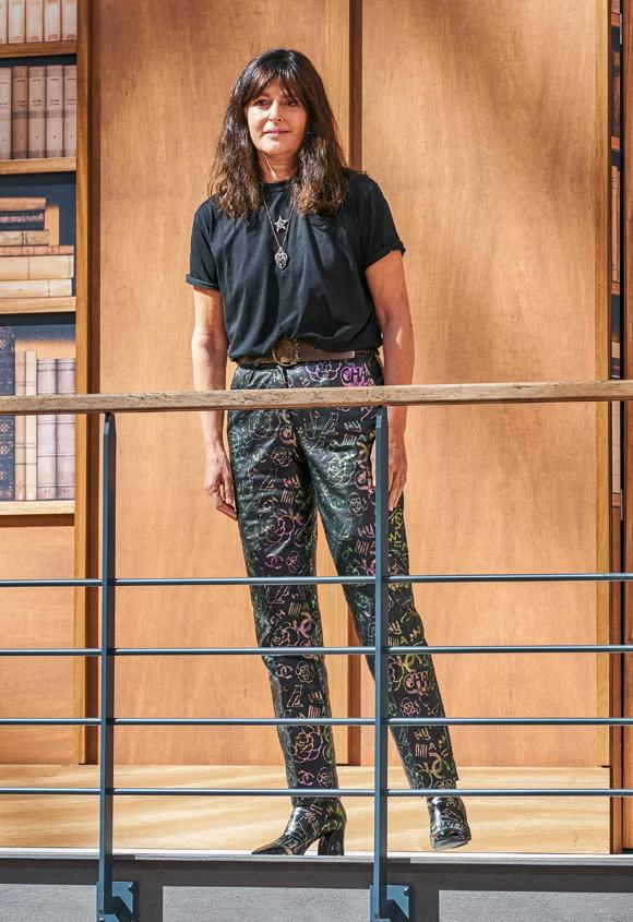 Virginie Viard xuất hiện để chào khán giả ở cuối chương trình. Dù đây là lần đầu bà ra mắt bộ sưu tập độc lập ở Chanel nhưng nữ thiết kế 57 tuổi đã làm trợ thủ của Karl Lagerfeld suốt 32 năm qua và quan sát ông làm đồ Couture từ năm 1997.