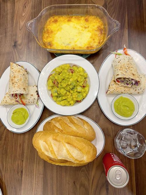 Món tacos đến từ Mexico với nhân gồm bắp cải tím, ớt chuông đỏ, xanh, nấm kim châm, ăn cùng hỗn hợp xốt bơ, dầu oliu, muối, nước cốt chanh, đường. Mỗi bữa ăn dành cho hai vợ chồng và một con nhỏ được ước tính có chi phí dưới 200 nghìn đồng.