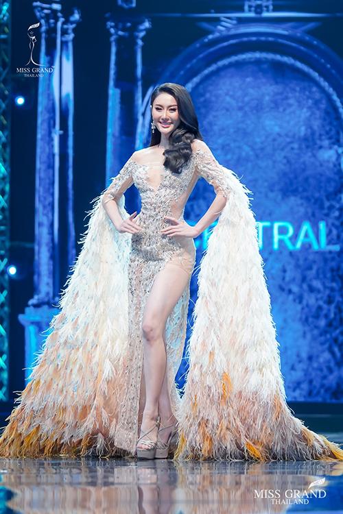 Người đẹp Miss Grand Thái Lan nhái váy Đỗ Long