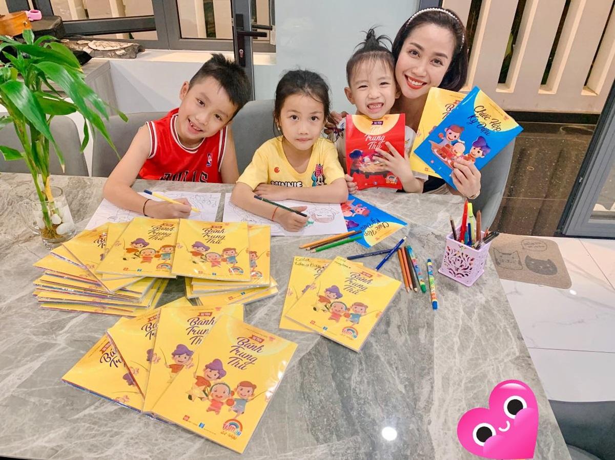 Ốc Thanh Vân mua hàng chục cuốn tập tô màu, giúp con rời xa điện thoại thông minh và có tuổi thơ bình yên. Ảnh: Facebook Ốc Thanh Vân.