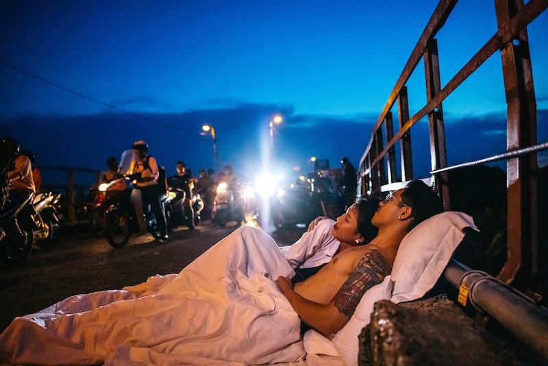 Bức ảnh chụp cặp đôi trên cầu Long Biên. Ảnh: Hailecao.
