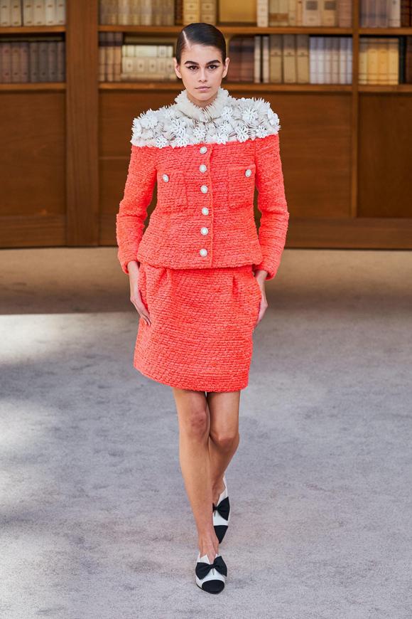 Chân dài 17 tuổi Kaia Gerber là một trong những gương mặt nổi bật nhất show thời trang. Con gái cựu siêu mẫu Cindy Crawford diện set đồ màu sắc tươi tắn, tạo điểm nhấn bằng họa tiết 3D trắng ở cổ và vai.